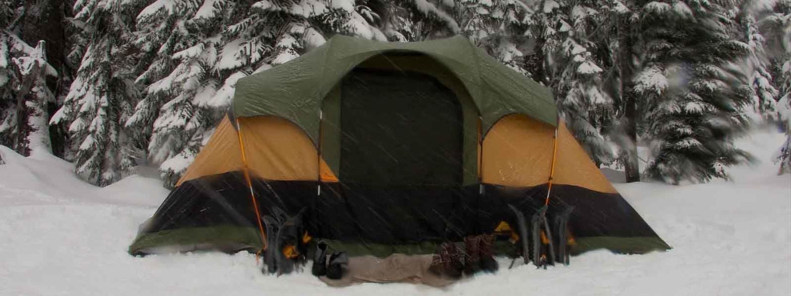 Zelten im Winter im Schnee